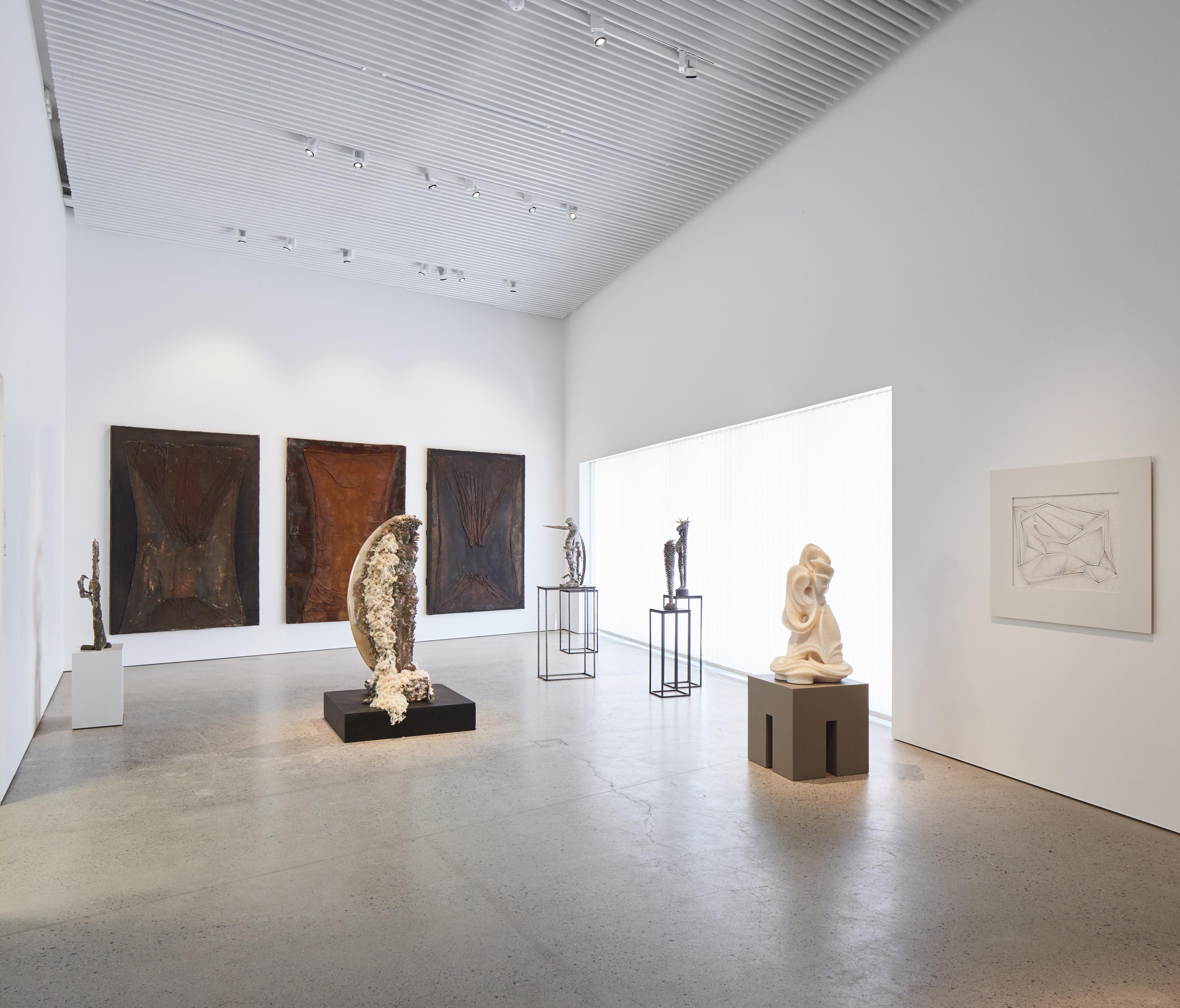 Kimmo Pyykkö -taidemuseon ensimmäinen kerros on museon korkein näyttelytila. Ripustettuna Akatemian aamut – Kimmo's Pub -näyttely.