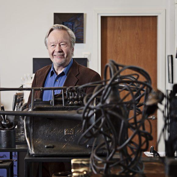 Kuvanveistäjä, professori Kimmo Pyykkö ateljeessaan.