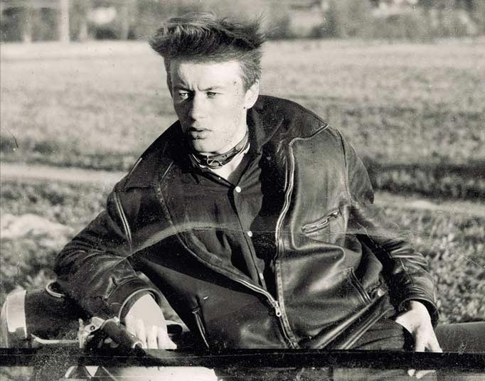 Nuori Kimmo Pyykkö moottoripyörän päällä vuonna 1957.