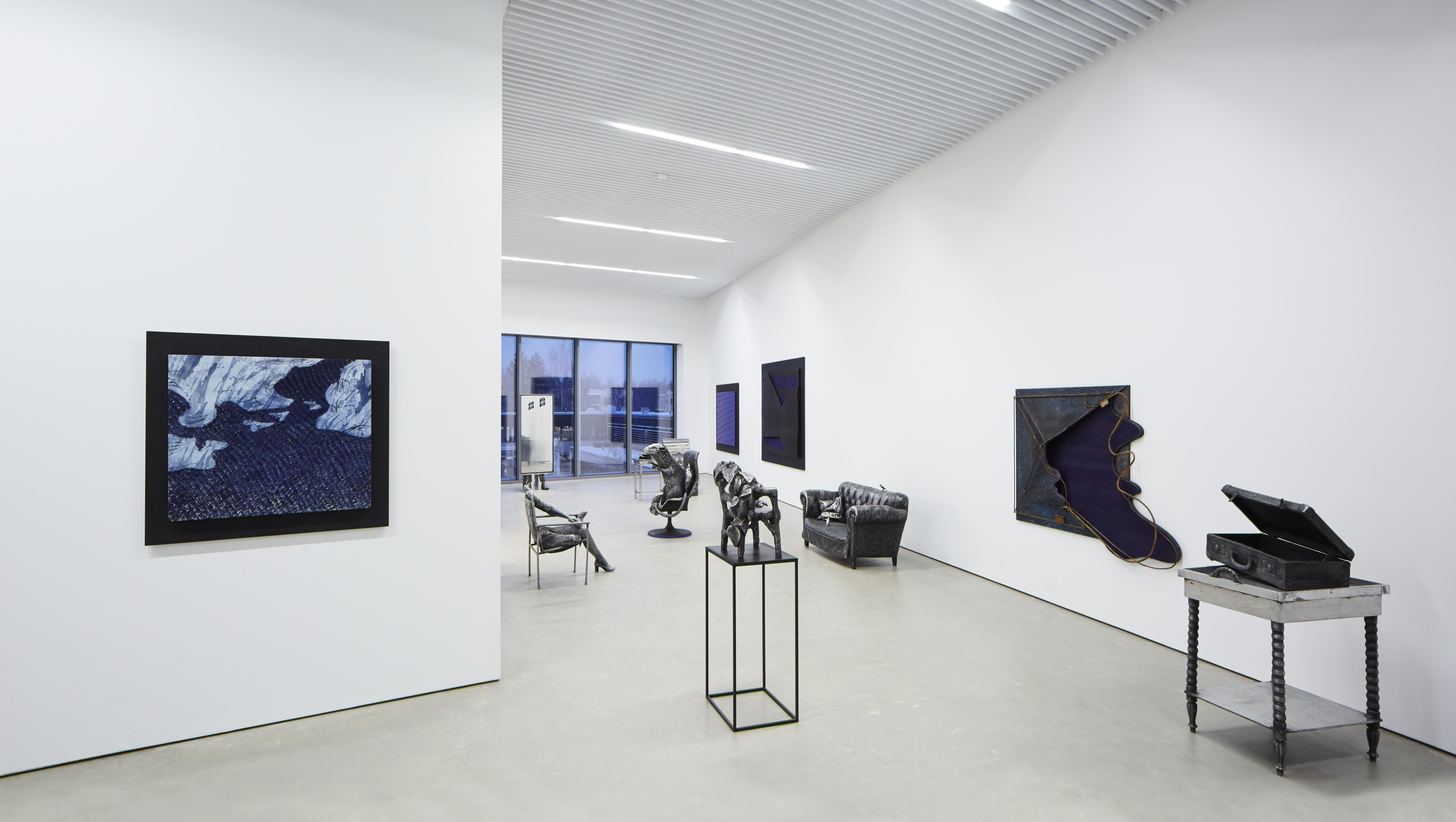 Kuvanveistäjä Kimmo Pyykön näyttely Jokin meissä Kimmo Pyykkö -taidemuseossa vuonna 2015.