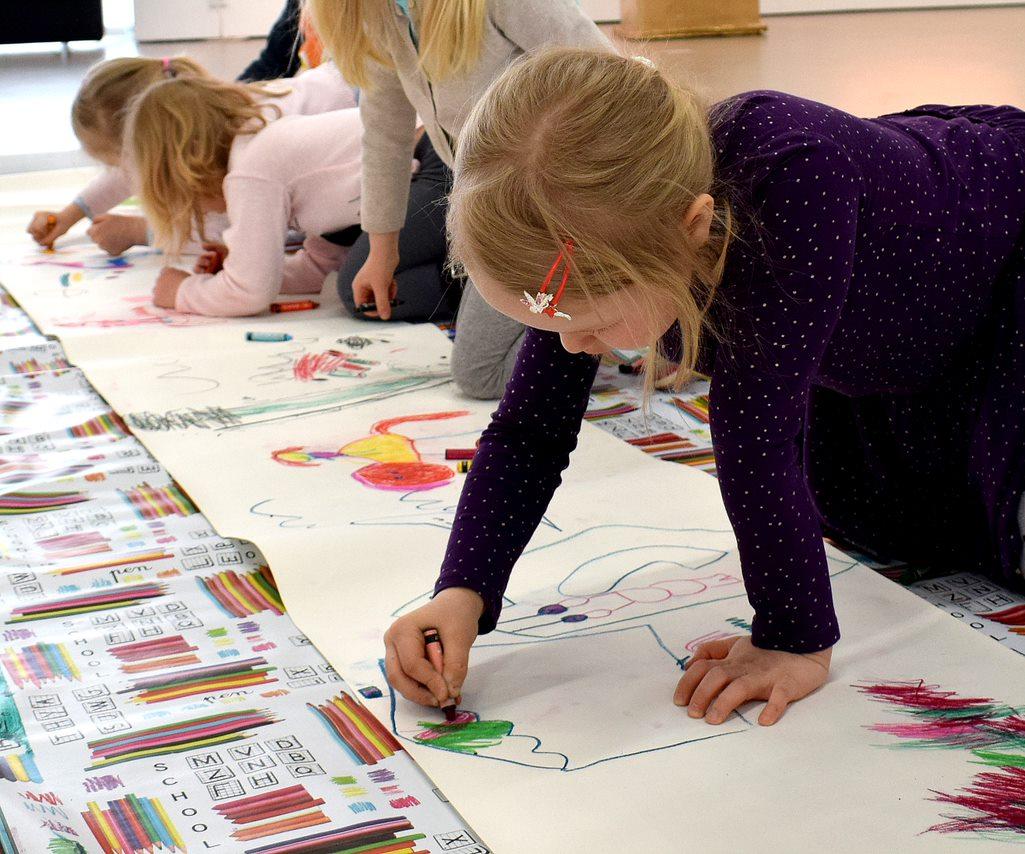 Lapsia Kimmo Pyykkö -taidemuseon piirustustyöpajassa.
