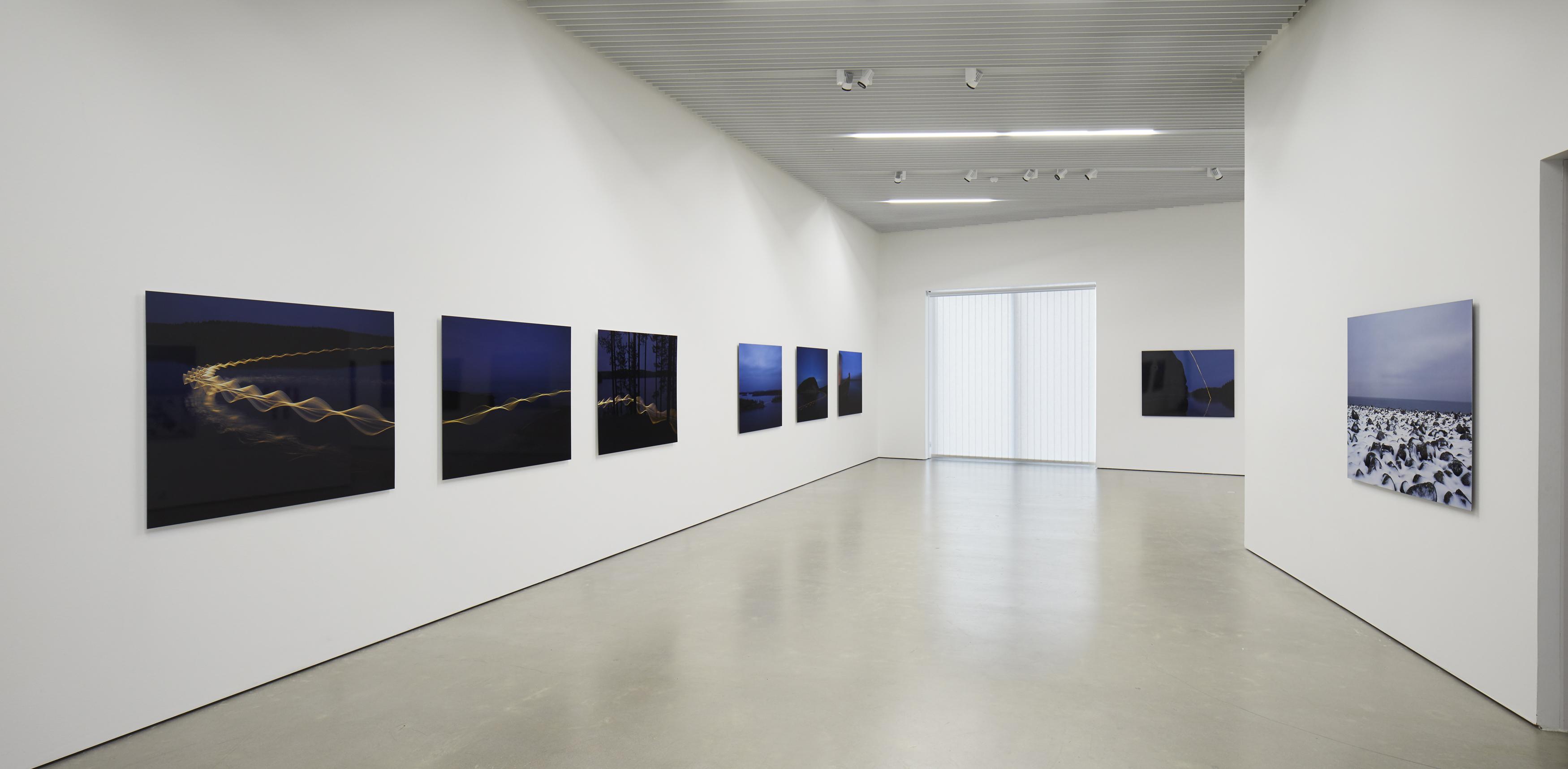 Pekka Luukkolan näyttely ripustettuna Kimmo Pyykkö -taidemuseon toisessa kerroksessa.