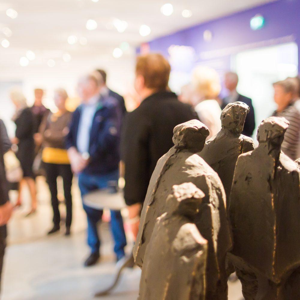 Ryhmä vierailee Kimmo Pyykkö -taidemuseon näyttelyssä Pitkän matkan ateljee.