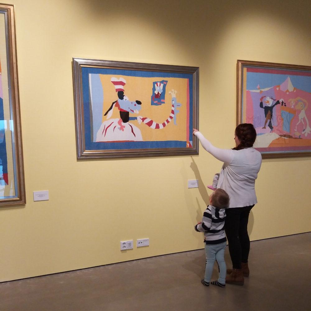 Kimmo Pyykkö -taidemuseon Lasten lauantaissa opastus Riitta Nelimarkan näyttelyssä sekä ohjattu työpaja.