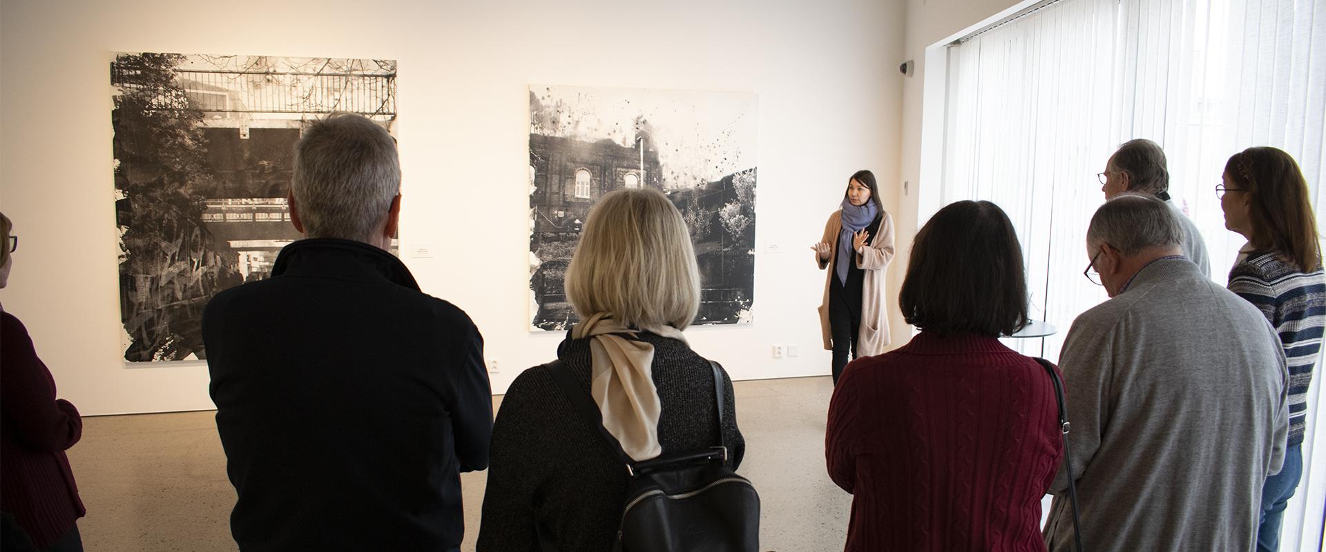 Museolehtori opastaa Jussi TwoSevenin näyttelyä All Is One Kimmo Pyykkö -taidemuseossa.