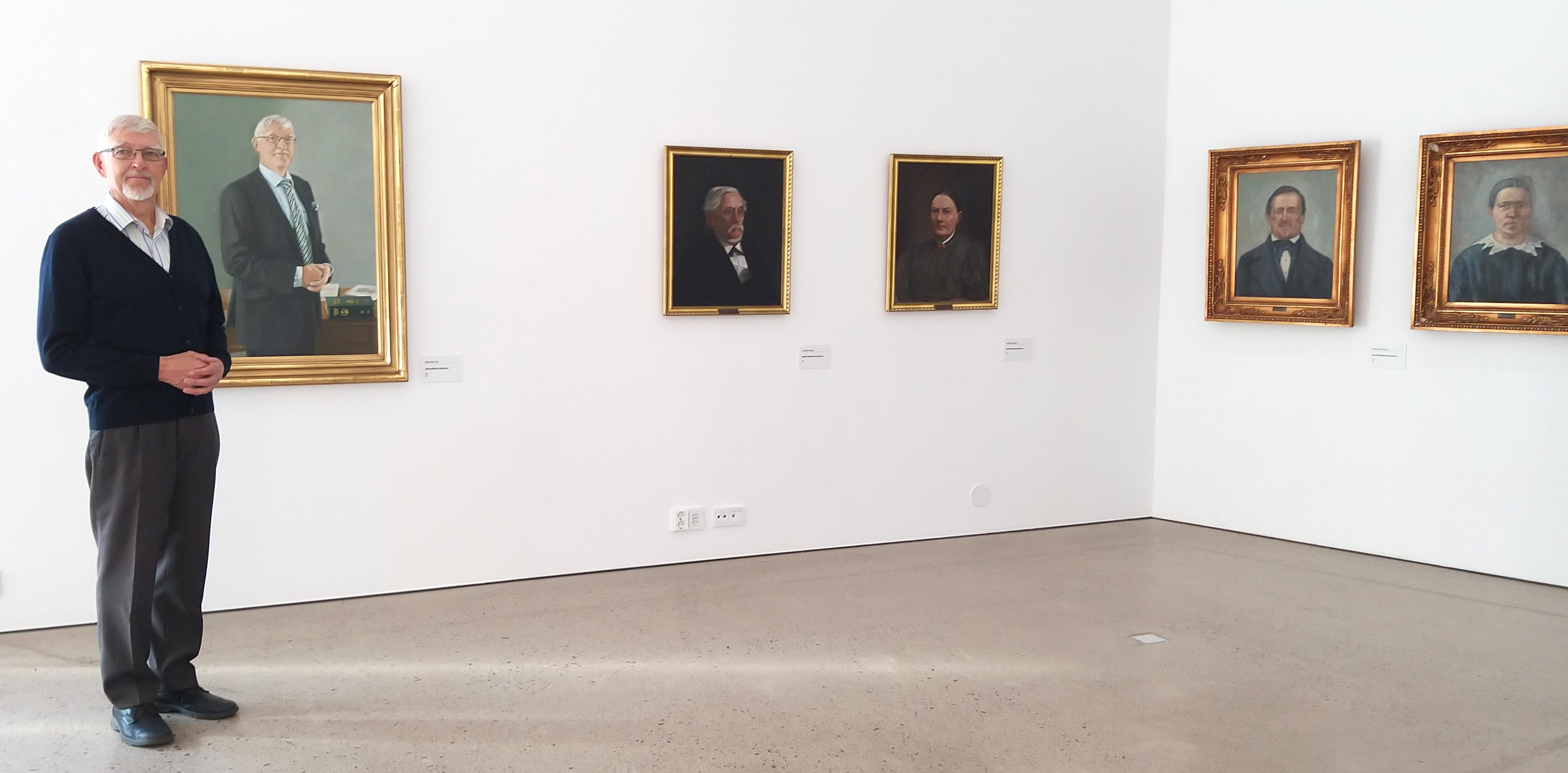 Jukka Mäkelä näyttelysalissa