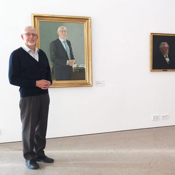 Jukka Mäkelä näyttelysalissa.