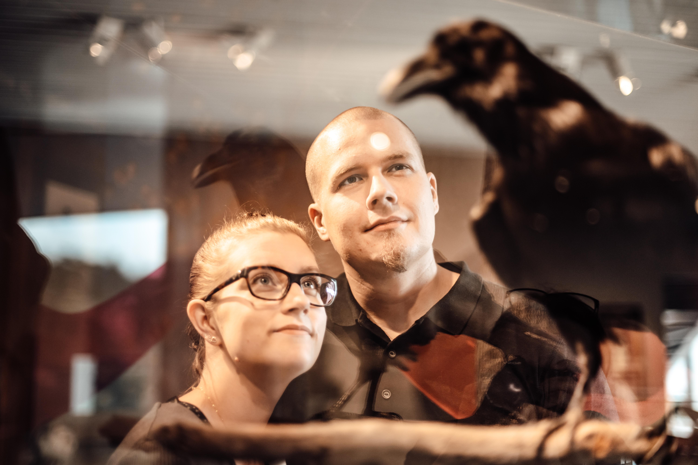 Pariskunta Kimmo Pyykkö -taidemuseossa