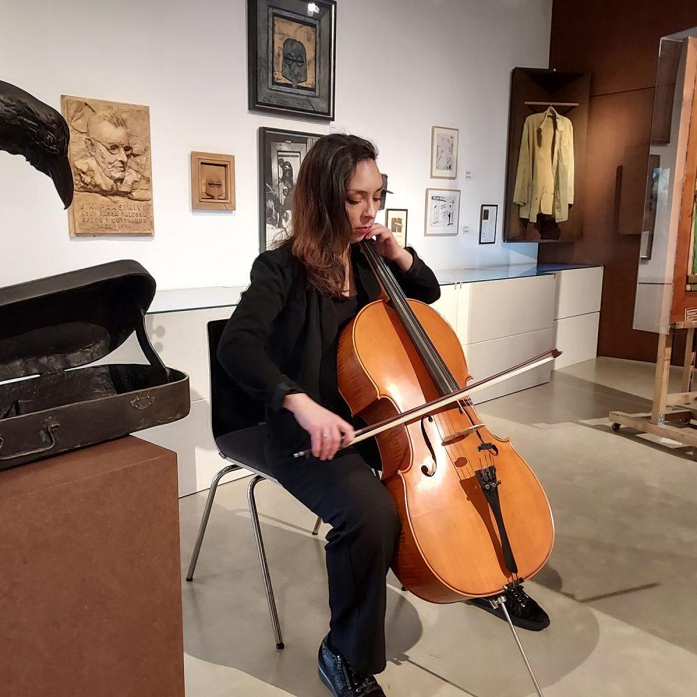 Museolehtori Elisa Wistuba Lorca soittaa selloa Kimmo Pyykkö -taidemuseossa.